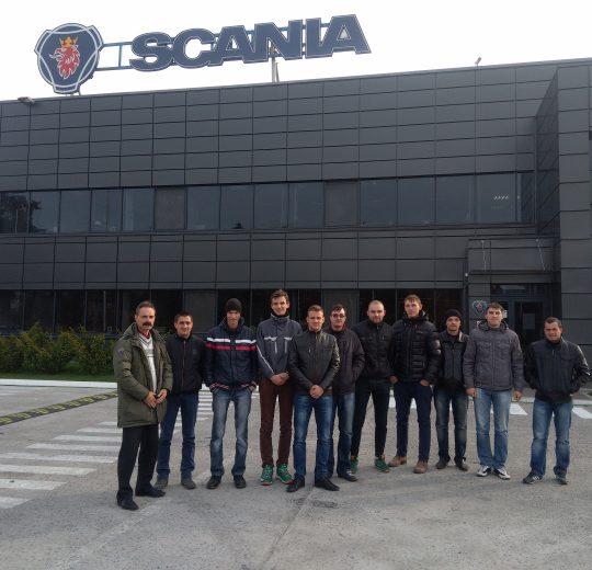 Студенти автомобілісти біля головного представництва компанії